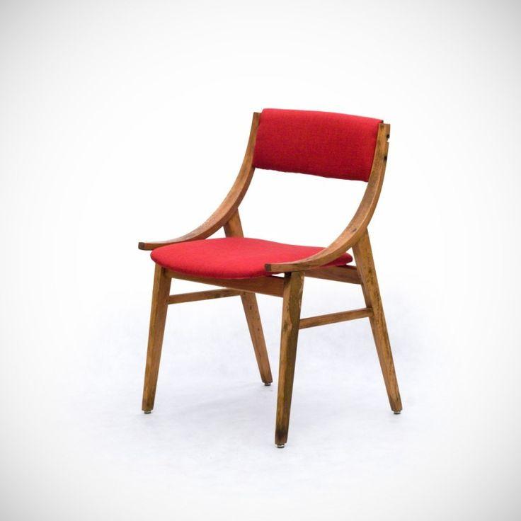 """Krzesła bukowe z tapicerowanym siedziskiem i oparciem, prod. Zamojskie Fabryki Mebli,  lata 60. Masowo produkowane krzesło projektu nieznanego autora o półkoliście wygiętych wspornikach oparcia. Lekka nowoczesna konstrukcja o dynamicznej sylwetce odpowiadała zapotrzebowaniu na niewielki mebel do małego mieszkania lat 60. Inspiracja półokrągłymi poręczami zrodziła pomysł """"Skoczka"""" – krzesła odnoszącego się w swojej estetyce do popularnego w Polsce sportu zimowego – skoków narciarskich."""