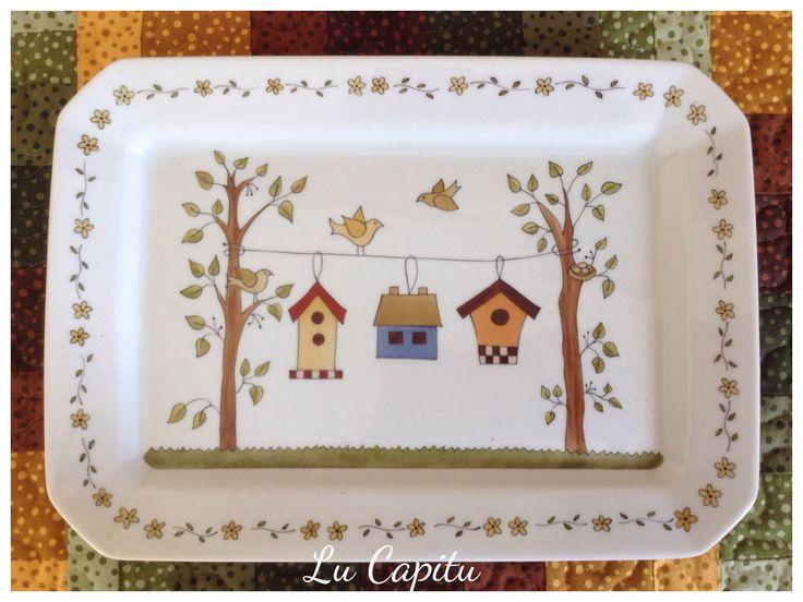 Travessa de porcelana pintada a mão. Tema casas de passarinhos. Peça utilitária e decorativa.