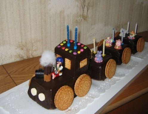 Für die Eisenbahn-Torte Rama, Zucker und Dotter schaumig rühren, Schokolade im Wasserbad erwärmen und darunter rühren. Milch langsam einrühren,