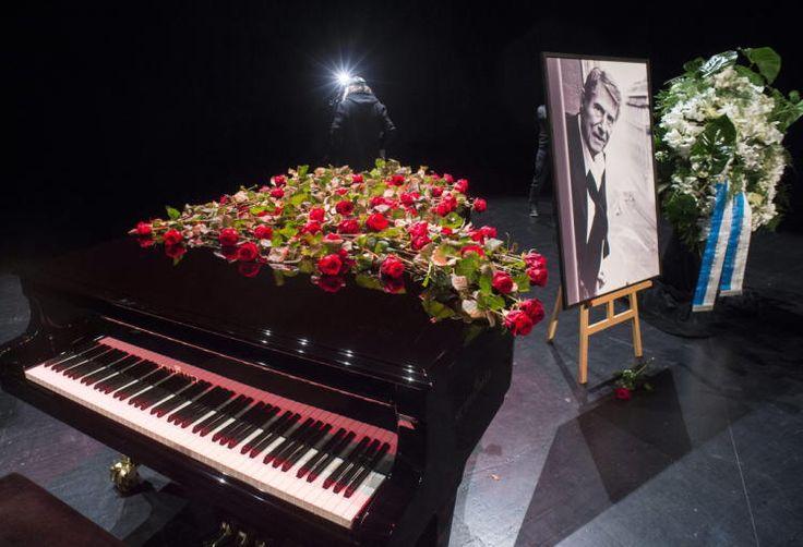Leiser Abschied: Hunderte Menschen haben bei einer Trauerveranstaltung in Zürich Abschied von Udo Jürgens genommen. Auf der Bühne des Theater 11 stand am Freitag der schwarze Flügel des Sängers, der wie zu Ende seiner Konzerte mit Blumen bedeckt war. Zu leisen Klängen von Jürgens-Liedern trugen sich die trauernden Fans in Kondolenzbücher ein. Mehr Bilder des Tages auf: http://www.nachrichten.at/nachrichten/bilder_des_tages/ (Bild: APA)