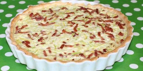 En skøn bacontærte med løg, porrer, æg og creme fraiche. Det er let at lave og er klar efter 45 minutter i ovnen.