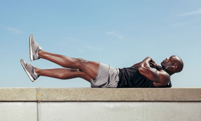 Guía Crossfit: aprende a realizar flutter kicks para trabajar tu abdomen intensamente...