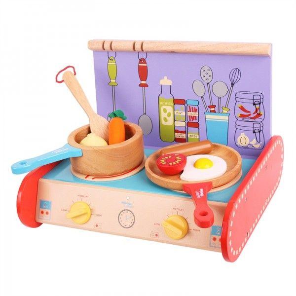 Deze houten draagbaar keukentje zit vol met interessante functies en is ideaal voor jonge koks om mee te nemen op reis.Het kleurrijke keukentje bestaat een tweepits fornuis, een steelpan, een koekenpan en een spatel die perfect past in de kleine handjes. Het keukentje wordt compleet geleverd met diverse houten speelgoed eten zoals een gebakken ei, tomaat, worst een wortel en een ui.speeltoestel food items om te frituren een stevig ontbijt en bereiden een stoofpot voor de lunch! Na het spelen…