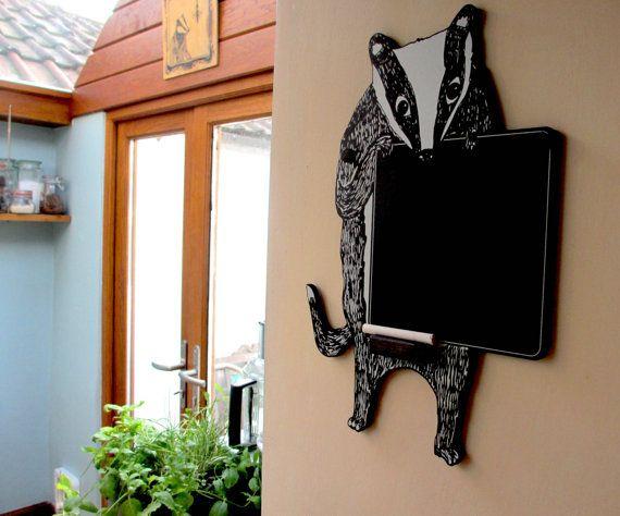 Un tasso a forma di lavagna, serigrafato a mano. Perfetto per illuminare una camera da letto cucina o per bambini. Progettato per uso con il gesso liquido o solido. Un design divertente, un regalo perfetto per qualsiasi persona amorevole badger!  Viene fornito con: Pre-fori 6 mm (x2) Nero copre e viti (x2) Pezzo di gesso bianco (x1) Porta gessetto in legno tinto nero  Dimensioni: 225mm larghezza x altezza 420mm