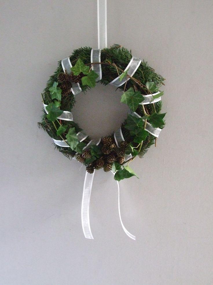 christmas wreath with hedera kerst krans met groen uit de tuin