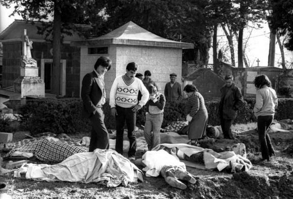 Terremoto 23 novembre 1980 in Irpinia - Lioni, il giorno dopo: uno dei problemi principali, durante i primi giorni del dopo terremoto, fu la mancanza di bare. #TuscanyAgriturismoGiratola