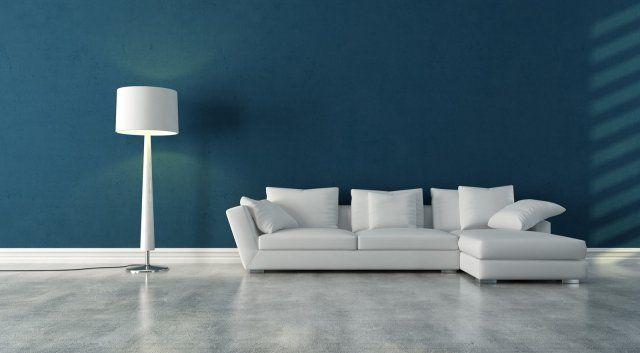 un revêtement de sol en résine gris clair dans le salon avec mobilier blanc