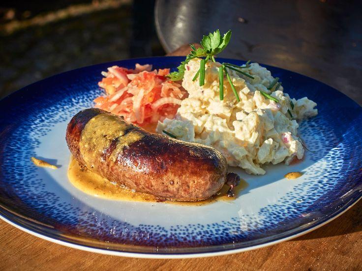 Hemgjord vildsvinskorv med waldorfsallad, salsa och senap | Recept från Köket.se