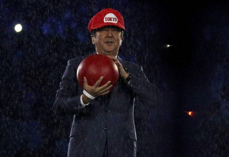 Lors de la cérémonie de clôture de jeux olympiques de cette nuit, Rio a passé officiellement le flambeau à Tokyo qui les accueillera à son tour en 2020. Pour l'occasion, une vidéo de présentation de l'évènement a été diffusée dans laquelle on a pu voir pas mal de références à des mangas comme Doraemon, Captain Tsubasa mais aussi à des jeux vidéo avec le premier ministre Shinzō Abe, premier ministre du Japon, déguisé en Mario.