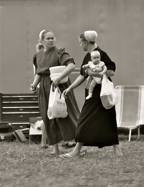 Mennonite Ladies & Child, via Flickr by Bonnie Blanton