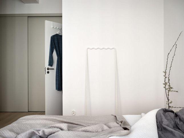 В спальне нашлось место для вместительного гардероба. .