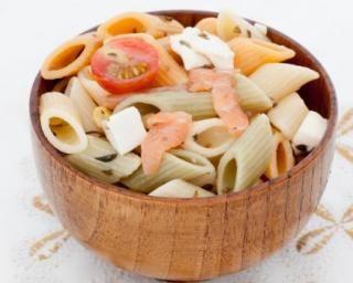 Salade de pâtes au saumon fumé et feta, sauce au yaourt : http://www.fourchette-et-bikini.fr/recettes/recettes-minceur/salade-de-pates-au-saumon-fume-et-feta-sauce-au-yaourt.html