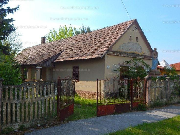 Balatonmagyaródon ELADÓ egy felújítandó, 80 m2-es,2+fél szobás vályog ház melléképülettel együtt. A ház melegét cserépkályha adja....