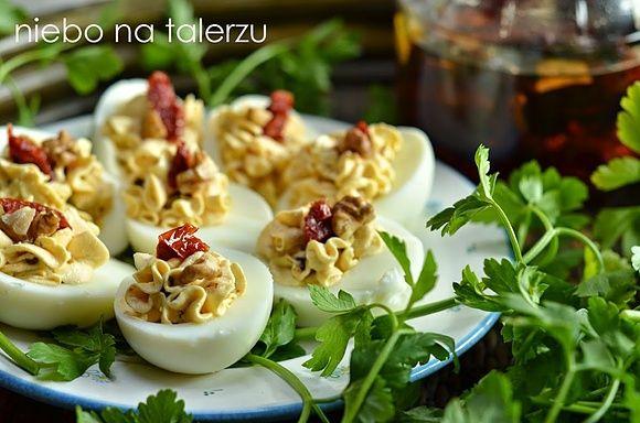 Jajka faszerowane. Jajka faszerowane fetą i suszonymi pomidorami.