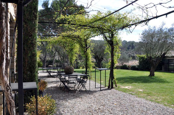 Notre terrasse est ombragée par une tonnelle de lierre, vous pourrez ainsi prendre vos petits déjeuners au soleil ou même profiter de notre table d'Hôtes.