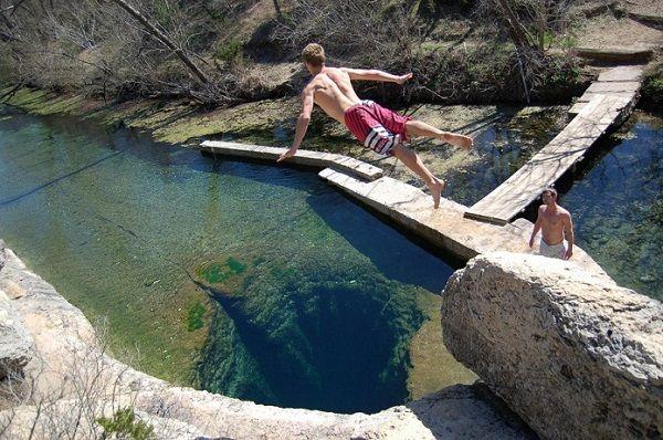 O Jacob Well (Poço de Jacó) em Wimberley, Texas