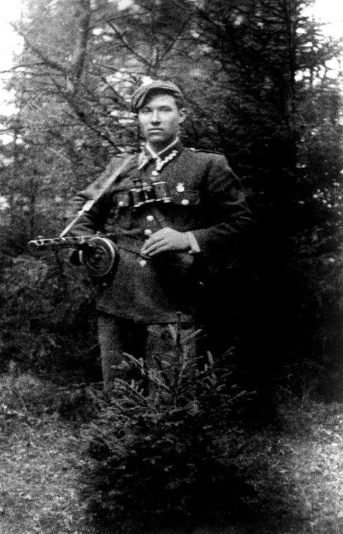 """Antoni Wąsowicz """"Roch"""". Zastępca dowódcy 3. kompanii Zgrupowania Józefa Kurasia """"Ognia"""". 24 lutego 1948 na """"Rochu"""" wykonano wyrok śmierci w więzieniu przy ul. Montelupich w Krakowie."""