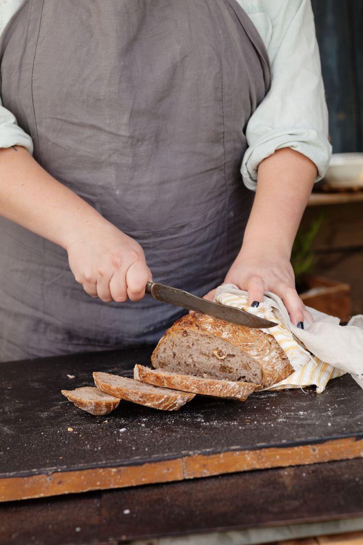 Att baka bröd i en gjutjärnsgryta fungerar utmärkt om det skulle vara så att man inte har en stenugn hemma men ändå är sugen på den där fina, sega skorpan. Här har vi i rågmjöl och valnötter, för extra smak och saftighet.