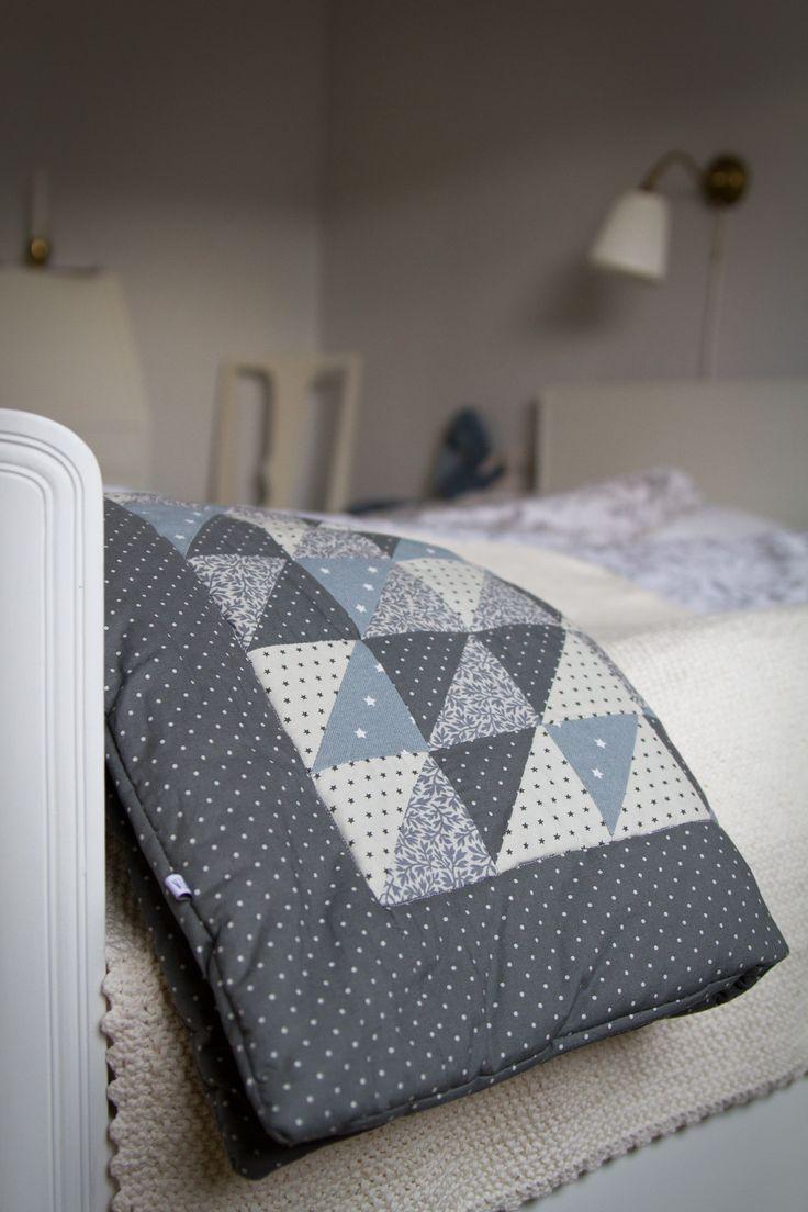Fin fluffig filt att hålla värme i vagn eller pryda säng med.
