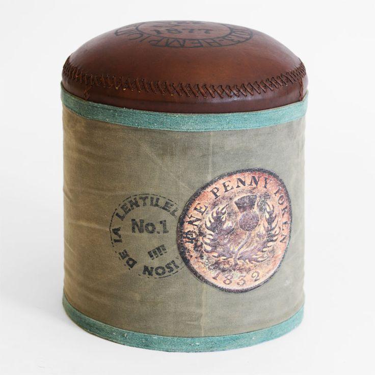Lekker puff i rustikk kanvas, topp av ekte brunt skinn med sort skrift. H45 x Ø36cm – Ca. 4,5kg