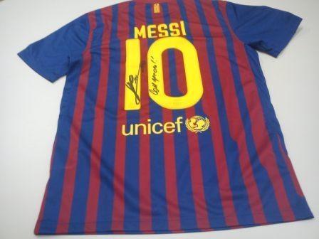 Leo Messi: http://mimarcafavorita.net/2012/01/14/messi-ofrece-su-balon-de-oro-y-sus-nuevos-botines-adidas-a-sus-seguidores-de-facebook/