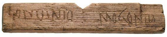 Plus de 400 tablettes en bois on été trouvées par les archéologues lors de fouilles sur le site du nouveau siège européen de la société Bloomberg. La Londres romaines (appelée Londinium) a été fondée en 50 après JC, et les textes découverts, écrits pas des habitants ordinaires, contiennent divers noms, ainsi que des évènements et transactions qui ont eu lieu lors des premières décennies de peuplement.