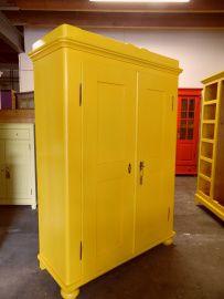 Oude gele kledingkast 49