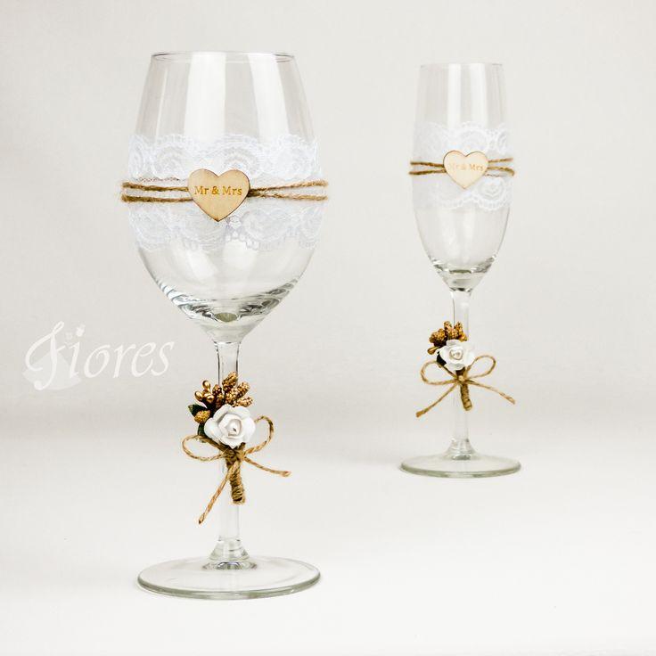 """Svadobné poháre """"Mr a Mrs""""  jedinečná a my túžime, aby ste sa tak cítili v každej maličkosti. Vytvorili sme pre Vás tento svadobný pohár, ktorý nemusí zostať iba kusom skla, ale verte či nie dokáže o Vás veľa vypovedať."""