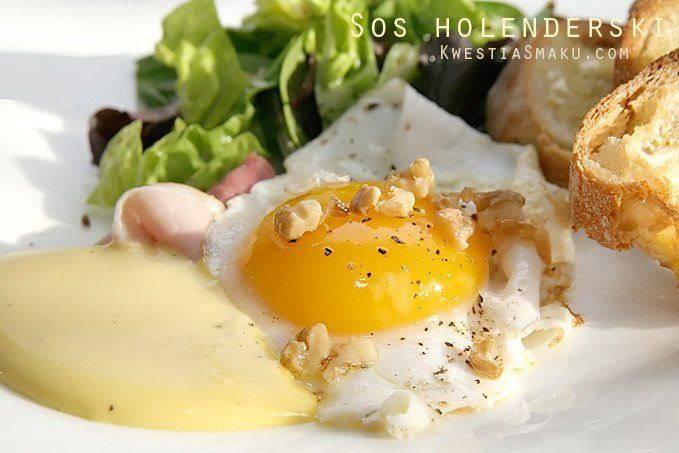 Jajko sadzone na szynce z orzechami włoskimi i sosem holenderskim