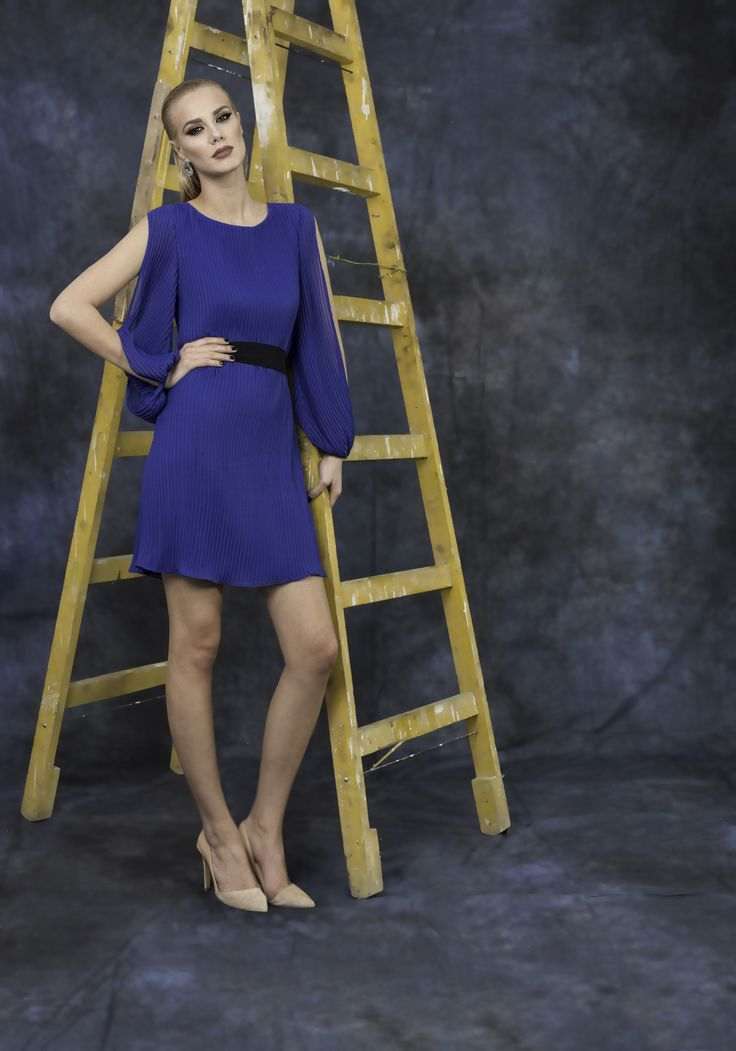 Intense blue dress perfect for a feminine and delicate look.