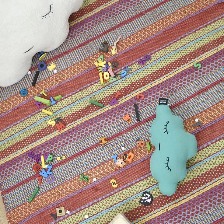 Ideales para la habitación de los niños. Cojin nube pequeña de diseño estilo nórdico y de algodón 100%. Hecho en España. Decora también con otros originales cojines de la colección con forma de nube, corazón, luna y sol.