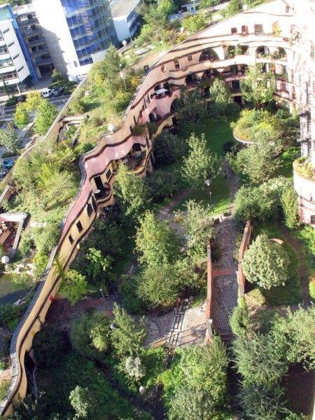 Waldspirale - Le complexe a été conçu par le célèbre architecte autrichien Friedensreich Hundertwasser et construit par la société Bauverein à Darmstadt entre 1998 et 2000. L'idée d'Hundertwasser était d'élever une construction sur le site sous la forme d'une spirale boisé.