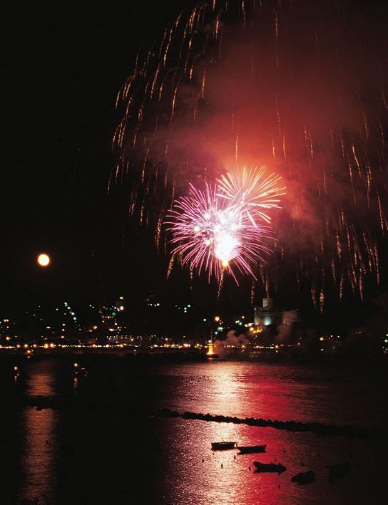 Fuochi d'artificio sul mare a Lerici, La Spezia, Liguria - © Walter Bilotta