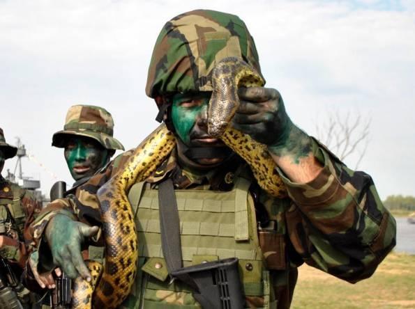 Soldado perteneciente al curso de Comando Anfibio de la Armada, con una boa constrictora, curiyú. / Marta Escurra, ABC Color.