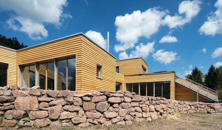 Haus Schwarzwaldstrand am Ortsrand von Bad Herrenalb spiegelt die Liebe des Bauherrn, einem gelernten Holzbootbauer, zu Holz und Wasser wider. Der nach ökologi