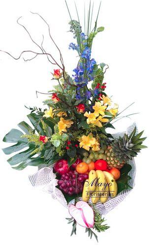 Aquí tienes otra cesta de frutas frescas con flores de distinta clase.