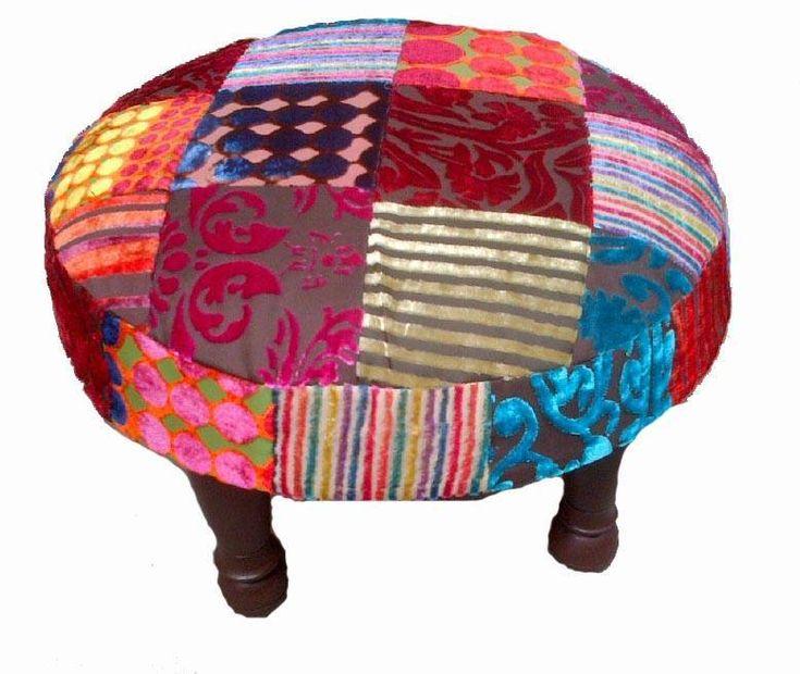 Een unieke ronde patchwork kruk gemaakt van kleurrijke stoffen in India met sierlijke houten pootjes.
