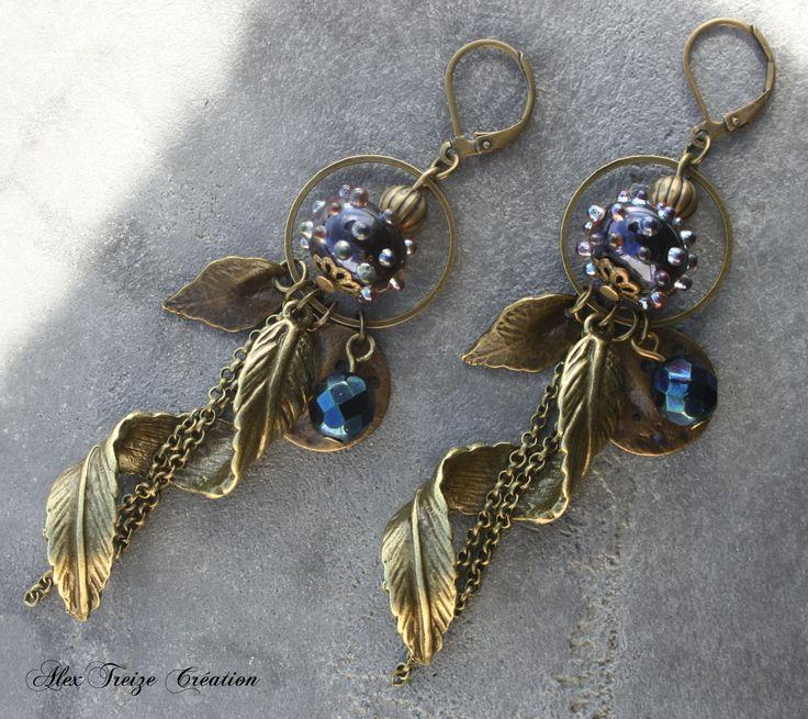 Boucles d'oreilles bronze perles filées artisanales Blue iris avec picots, breloque feuille stylisée en tourbillon