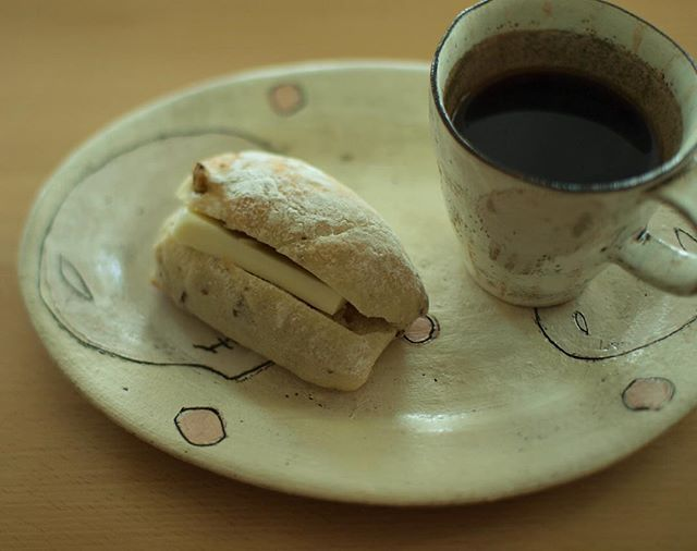 Instagram media by yuhei_21 - ホッペパンの塩バターサンド。 栗が効いとる!  #おやつ #塩バター #コーヒー #coffee #instafood #fika #yuhei_oyatsu #東恩納美架 #甘党男子 #カメラ男子 #写真部 #おやつタイム #スイーツ男子