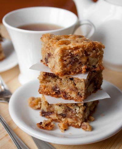 Многим из вас полюбились брауни - влажные шоколадные пирожные, очень сладкие и просто наркотические. Сегодня мы будем готовить родственные пирожные - блонди. В отличие от брауни, в них нет столько шоколада. Но они такие же влажные и практически тягучие по консистенции.В рецепте используется темный и белый шоколад. Вы можете добавить сюда молочный (вместо или вместе) [...]