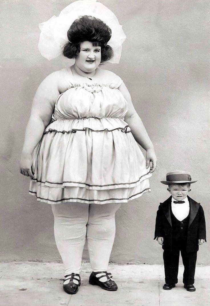 города фото циркачей прошлого века сером классическом двубортном