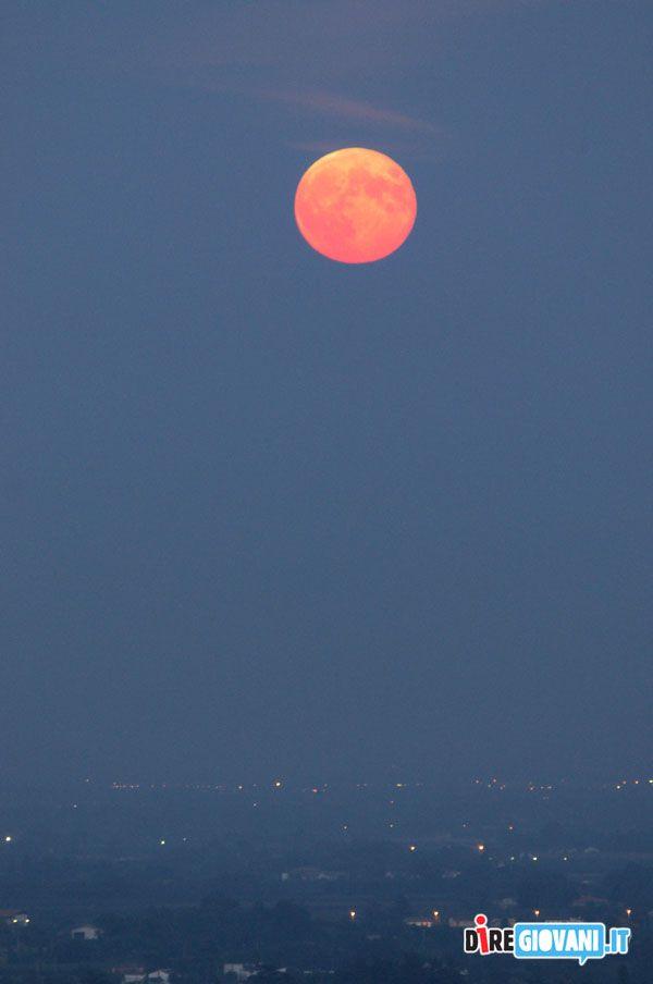 Titolo: Foschia sulla Romagna Descrizione: Luna piena, scattata 15 min circa il sorgere, appena era visibile dalla foschia, in località Castel Raniero, Faenza, provincia di Ravenna Nome dell'Autore: Lorenzo Gaudenzi