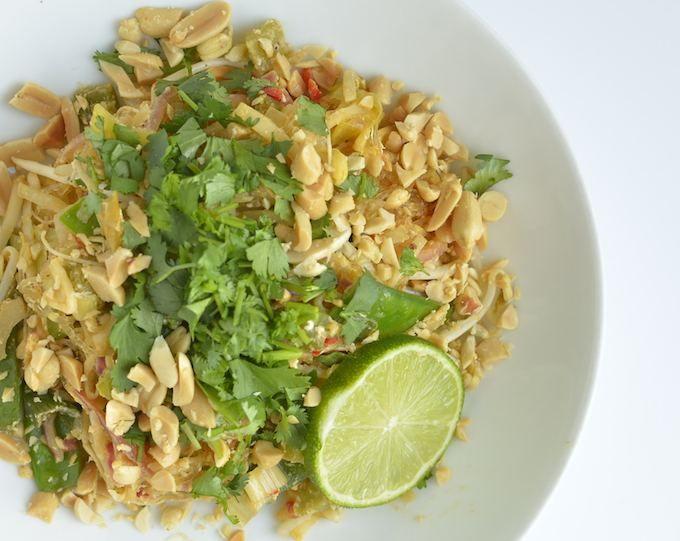 De Thaise keuken is rijk aan heerlijke gerechten. Dit is een snel en makkelijk recept voor Thaise Vegetarische Pad thai met kelp noodles. Gezond en vrijwel zonder koolhydraten.