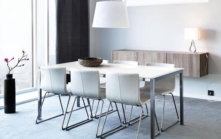 Mesa TORSBY em vidro branco/cromado para 4 pessoas e cadeiras BERNHARD em pele branca com pernas cromadas.