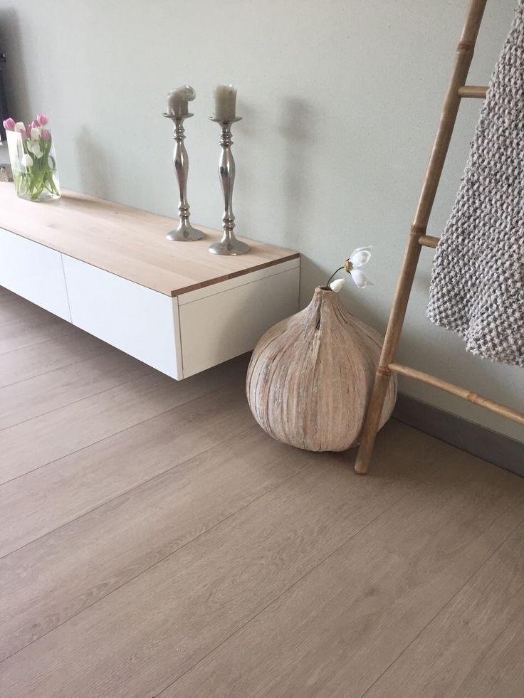 Besta tv meubel met eiken plank
