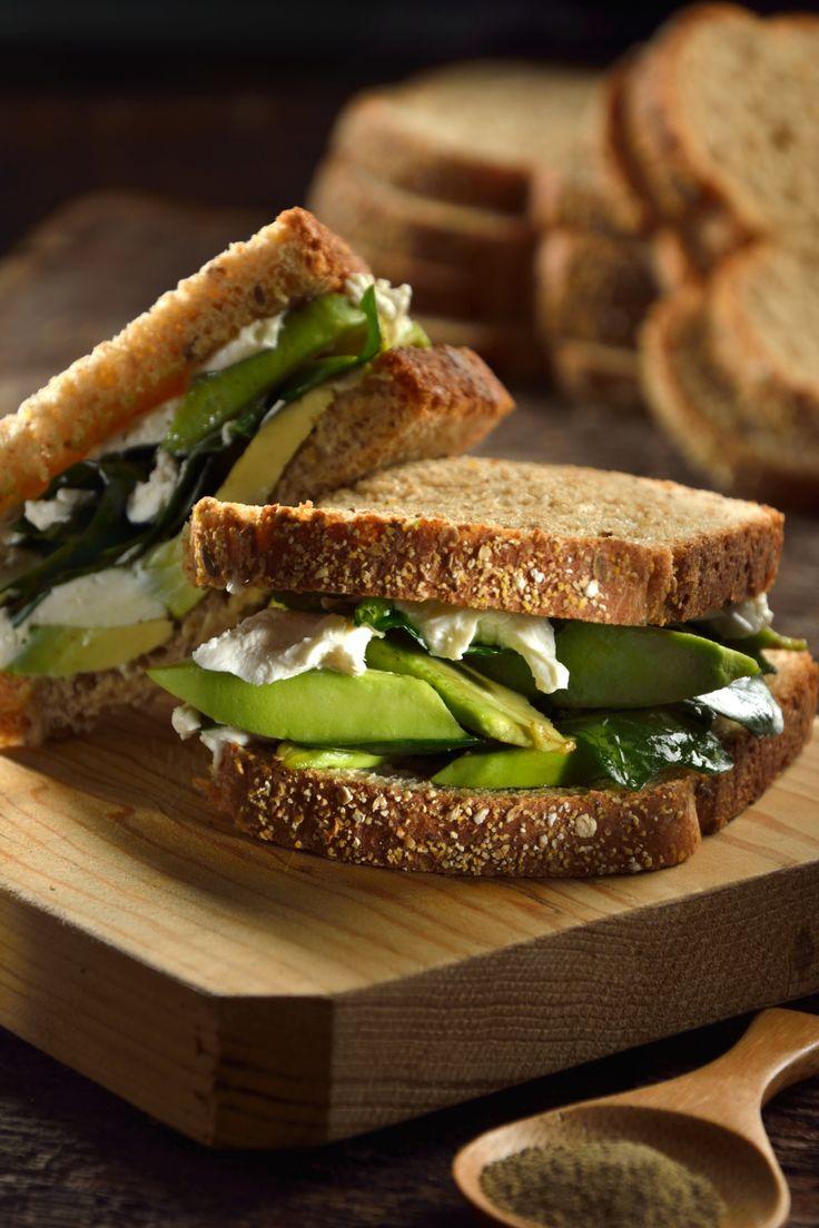 Delicioso sándwich de aguacate, queso azul, queso crema y espinacas. Una receta perfecta para los días que uno no quieres comer carne y se te antoja algo muy rico, saludable, ligero y con un sabor incomparable.