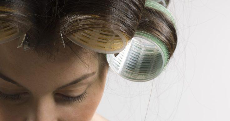 Maneiras diferentes de usar bobes de cabelo. É hora de arrumar o cabelo, e bobes são uma maneira perfeita de fazer um novo estilo, causando menos dano ao seu cabelo, substituindo os rolos de metal quente. A menos que você escolha o aparelho elétrico, que causará dano pelo ação do calor, bobes de espuma ou velcro podem ser uma alternativa gentil, por não usar calor. A maneira como você deve ...