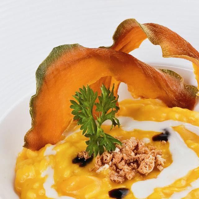 Risotto met gele pompoen, blauwe geitenkaas en amarettikoekjes