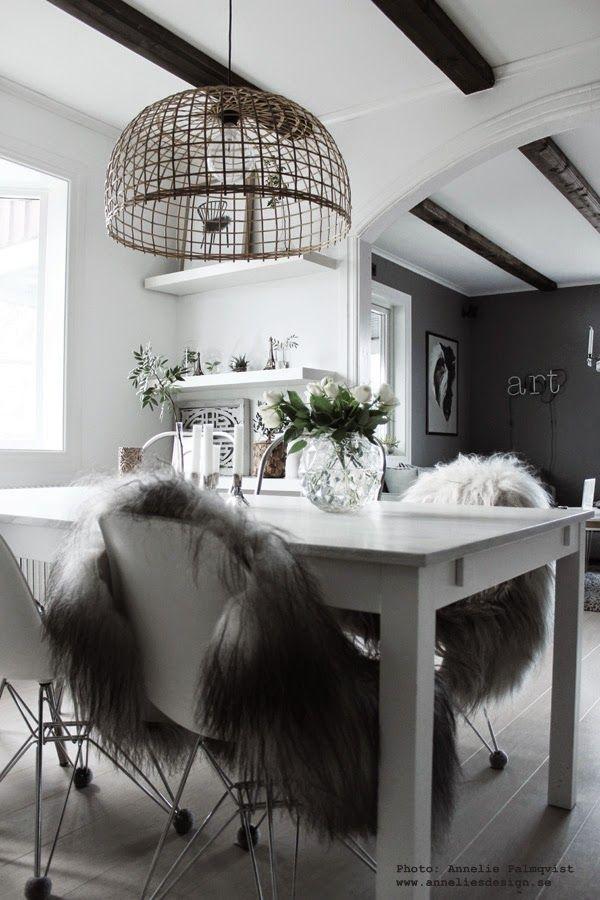 hemtex vas, vita rosor, matsalsbord, matbord, långhårigt isländskt fårskinn, fårskinn från island, grått, vitt, vit hylla med detaljer, glaskupa, glaskupor, grön växt, gröna växter, neonljus, neon bokstäver, grått vardagsrum