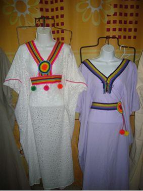 Manta Ref 014, Color lila, Confecciona en algodón, Cuello en V, faja en la cintura con borlas, Estilo mariposa   Manta Ref 015.  Color banca, Confecciona en algodón, Cuello en V paleteado. Con faja en la cintura y borlas
